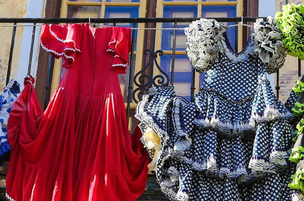 fotot van spaanse jurken hangend aan een balkon